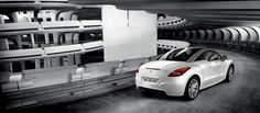Con una silueta innovadora, deportiva y elegante, el Peugeot RCZ es un coupé radicalmente distinto