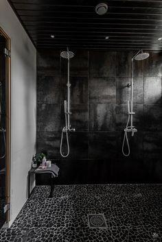 Luonnonkivinen laattalattia kylpyhuoneessa Bathroom Spa, Bathroom Toilets, Laundry In Bathroom, Bathroom Interior, Interior Design Living Room, Interior Decorating, Double Shower Heads, Cottage Bath, Sauna Design