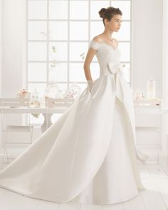 Vestido y sobrefalda de mikado encaje y pedreria en color natural. Vestido y sobrefalda de raso duquesa y pedreria en color marfil.