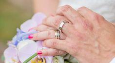 Jag är er bröllopsfotograf om:♥ Nivill ha romantiska bilder med fint ljus♥ Ni tycker om att skratta - mycket♥ Ni vill ha bilder på de ögonblick ni själva inte tänkt på♥ Älskar detaljer och väljer era bröllopsplatser med största omsorg och noggrannhet♥ Att kramas är…