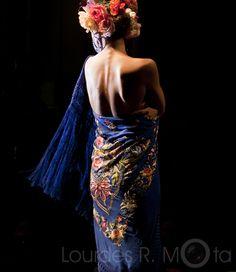 Un mantón de Manila, levanta pasiones. Vintage Outfits, Vintage Clothing, Floral Gown, Prismacolor, Kaftan, Ballet Dance, Spanish, Silhouette, Culture