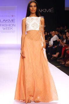 LIFW - Vaishali Shadangule's latest collection featured the khadi fabric created by Assamese women. Pakistani Dresses, Indian Dresses, Indian Outfits, Stylish Dresses, Casual Dresses, Summer Dresses, Lakme Fashion Week, India Fashion, Bridal Lehenga Collection