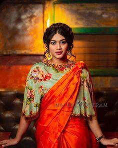 Beautiful Brocade Blouse transformed the plain saree look Floral Print Sarees, Saree Floral, Printed Sarees, Saree With Belt, Saree Jackets, Saree Draping Styles, Plain Saree, Simple Sarees, Saree Blouse Designs