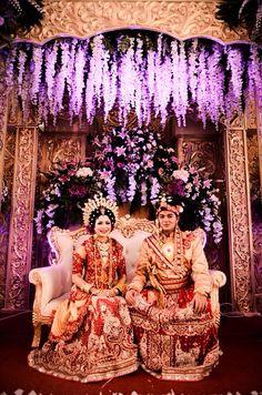 Gledisregi #bajubodo Foto Wedding, Wedding Wows, Dream Wedding, Wedding Backdrop Design, Wedding Decorations, Indonesian Wedding, Bodo, Traditional Wedding Dresses, World Cultures