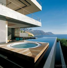 Un jacuzzi sur la terrasse de grande maison | luxe, vacances, villas de luxe. Plus de nouveautés sur http://www.bocadolobo.com/en/inspiration-and-ideas/