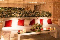 Festa de 15 anos de Amanda Martin: decoração em branco, vermelho e dourado - Constance Zahn | 15 anos