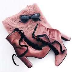 bota de veludo, sweater e óculos! ✨ tudo rosinha <3     flat lay: @coolflatlays