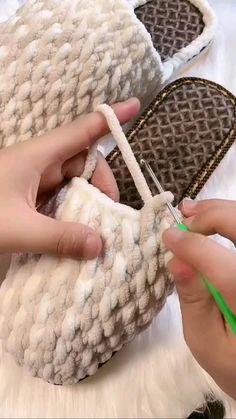 Crochet Bag Tutorials, Crochet Stitches For Beginners, Crochet Videos, Crochet Crafts, Easy Crochet, Knit Crochet, Knitting Videos, Diy Crochet Slippers, Crochet Boots