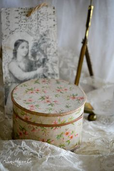 bloemendoosje Old Boxes, Spring Is Coming, Cottage House, Vintage Shops, Tin, Decorative Boxes, Shabby Chic, Fabrics, Girly