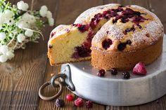 La torta ai frutti di bosco è una torta soffice soffice, con all'interno dell'impasto il mascarpone, che la rende golosa e morbida!
