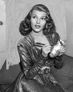 Rita Hayworth autographs a shoe during the filming of Tales of Manhattan, 1942 Look at that hair! Hollywood Icons, Old Hollywood Glamour, Golden Age Of Hollywood, Vintage Glamour, Vintage Hollywood, Hollywood Stars, Vintage Beauty, Classic Hollywood, Hollywood Divas