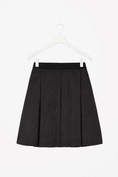 Raw-cut pleated skirt