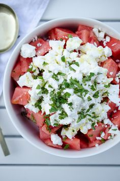 An absolute favorite among the salads: Feta melon salad with fresh mint. It's fast made, a treat on hot summer days, perfect for a buffet barbecue, low carb and simply surprisingly different thanks to the combination of feta and melon. Fresco, Tuna Recipes, Salad Recipes, Healthy Recipes, Barbecue, Smoked Ribs, Pork Ribs, Fresh Mint, International Recipes