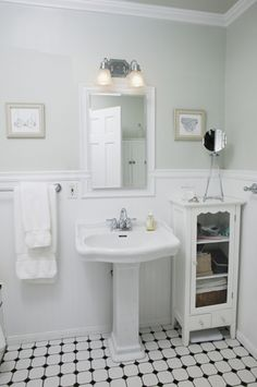 Modern Retro Vintage Bathroom Design Decorating Ideas Luxury Vintage White Bathroom How to Style A Small Bathroom Decoration Small Vintage Bathroom, 1920s Bathroom, Bathroom Photos, Small Bathroom Storage, Vintage Bathrooms, Bathroom Styling, Modern Bathroom, Bathroom Lighting, Simple Bathroom