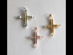 A 'mini project'.Mini in size, mini in the amount of materials you need and mini in the length of time it takes to make! Learn how to make this simply bead. Cross Patterns, Beading Patterns, Pendant Jewelry, Beaded Jewelry, Fashion Beads, Herringbone Stitch, Beaded Cross, Necklace Tutorial, Wall Crosses