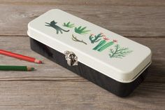 The Danica Studio Secret Garden Pencil Box is perfect for storing pens, pencils and small accessories in one trusty place. Pencil Boxes, Tin Boxes, Suitcase, Jewelry Box, Zip Around Wallet, The Secret, Stationery, Free, Organization