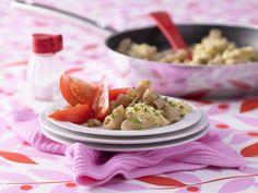 Nudel-Rührei mit Tomatensalat - Kochen für viele Kinder - smarter - Kalorien: 342 Kcal - Zeit: 30 Min. | eatsmarter.de Wer es herzhaft mag und das Ei nicht nur zum Frühstück essen will, sollte diese Variante probieren.