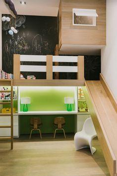 Particolare e moderna cameretta per bambini con scivolo! Quale piccolo (o grande) può resistere a questo? - al piano superiore uno spazio per giocare e leggere con la parete lavagna per disegnare