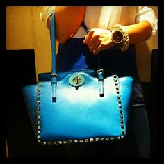 Bolso de piel con tachas azul capri. #stud #bag #sac #leather #cuir #mode #women #ruanopiel