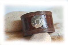 Bracelet en cuir fer à cheval porte-bonheur fait par ALeatherCC