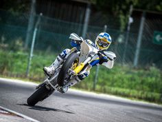 Supermoto Wheelie - Thrashing on the track