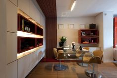 Home Office desenhado pela designer de interiores Jóia Bergamo dá ênfase para os nichos vermelhos revestidos por laca brilhante (Espelhatto Fired Bric) que medem 90 x 27,3 cm e para a mesa de vidro da linha Curve, ambos da Segatto (www.segatto.com.br). Com preços variáveis segundo as medidas escolhidas pelo cliente, a mesa, por exemplo, tem custo inicial de R$ 12 mil.