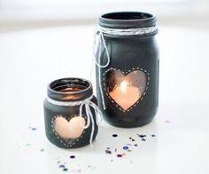 Os enseñamos a elaborar un portavelas DIY pintado con aerosol negro de pizarra. Es extremadamente fácil y puede servirnos para decorar diferentes espacios de la boda, el lugar de tu ceremonia o para crear rincones con encanto. ¿Qué necesitamos? – 1 tarro de cristal de conserva – 1 tarro de …