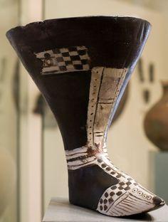 Un recipiente para bebidas en la forma de un zapato. Este artículo de la cerámica es de Urartu (860 aC-590 aC).  Foto tomada por  EvgenyGenkin través de los Wiki Commons. Cortesía y actualmente se encuentra en el  Museo Nacional de Historia de Armenia .