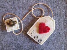 Bookmark felt tea bag with red heart and bronze teapot pendant-Gift for readers Tea Bag Bookmark - Segnalibro Bustina da Tè in feltro con Cuore di TinyFeltHeart Felt Diy, Felt Crafts, Fabric Crafts, Sewing Crafts, Sewing Projects, Paper Crafts, Diy Bookmarks, Crochet Bookmarks, Felt Bookmark