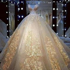 Here is a ball gown in a style wedding dress with & embroidery and other embellishments. Custom Hier ist ein Ballkleid in a Stil Hochzeitskleid mit & Stickerei und andere Verzierungen. Quince Dresses, Ball Dresses, Prom Dresses, Gold Quinceanera Dresses, Evening Dresses, Afternoon Dresses, Flapper Dresses, Quinceanera Party, Ball Gowns Prom