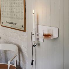 Applique SUNDAY - Nothern Lighting Décorative, l'applique murale Sunday de Nothern Lighting est aussi un accessoire très fonctionnel : une étagère lumineuse. Sunday saura se rendre utile partout : en tant que chevet pour y déposer un livre, dans l'entrée en tant que vide poche, dans un salon comme liseuse ou tout autre endroit dans lequel vous avez besoin à la fois d'une lampe et d'une petite étagère. Le support de l'ampoule est réversible.