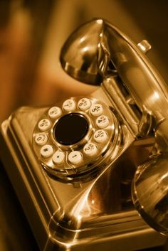 Gold telephone - Kids and Parenting Black And Gold Aesthetic, Gold Everything, Or Noir, Color Dorado, Stay Gold, Shades Of Gold, Liquid Gold, Aesthetic Colors, Touch Of Gold