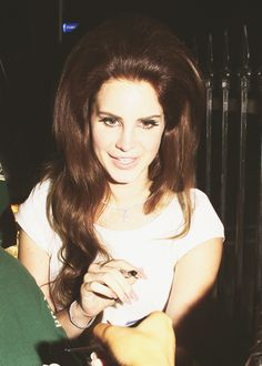Lana Del Rey Big Hair - signing autographs wearing a white dress long fake nails candid bouffant long auburn curled hair Young And Beautiful, Beautiful People, Most Beautiful, Elizabeth Woolridge Grant, I Fall To Pieces, 1960s Hair, Pin Up, Drunk Girls, Pink Wig