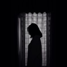 [Save=follow me] #Thanks #Neiht Sad Girl Photography, Shadow Photography, Tumblr Photography, Photography Poses, Night Aesthetic, Aesthetic Girl, Girl Shadow, Shadow Pictures, Girl Short Hair