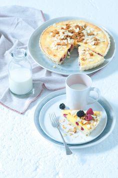 Tenhle letní koláč s jemnou krémovou náplní, která skrývá překvapení v podobě malin a ostružin, vám naprosto učaruje. V redakci zmizel nevídanou rychlostí... Jeden kousek totiž nestačí! Panna Cotta, Pancakes, Oatmeal, Food And Drink, Breakfast, Ethnic Recipes, Kuchen, The Oatmeal, Morning Coffee