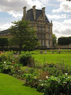 Jardin des Tuileries are the gardens you see around the Louvre until the Place de la Concorde. Just as Jardin du Luxembourg there are free lounge chairs which everyone can use.