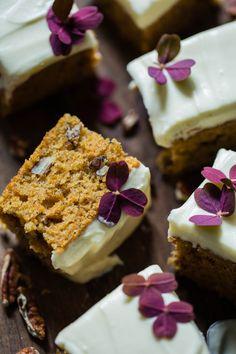 Gulrotkake med nøtter og luftig glasur - Ida Gran Jansen Krispie Treats, Rice Krispies, Baking, Desserts, Food, Tailgate Desserts, Deserts, Bakken, Essen