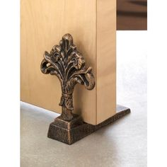 Let the fresh air in with this stylish door stopper! Made from cast iron, the decorative fleur-de-lis will be a decorative delight in any room.