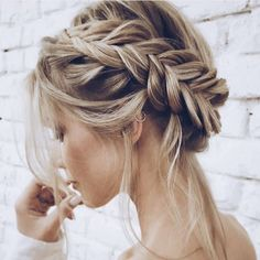 Braided hairstyles for women with long hair. Fishtail crown braid with wispy pieces. Romantoc hairstyle for weddings and dates. #peinadosrecogidos