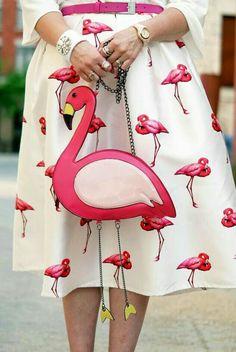 mode féminine, blouse blanche et jupe fortement évasée blanche aux flamants roses, sac en forme de flamant rose avec chaînette métallique, objet deco original