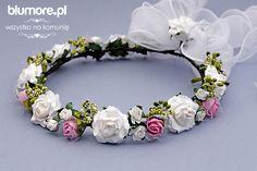 Prześliczny wianek składający się z wielu elementów — różowych i białych różyczek oraz zielonych listków, gałązek. Wianek pięknie prezentuje się na głowie dziecka. Będzie wspaniałym uzupełnieniem komunijnej stylizacji! | Cena: 73,00 zł | Link do sklepu: http://tiny.pl/g7ktj