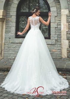 Colectiile 2019 Noela Style - Combina stralucirea rochiilor printesa cu glamul sirenelor moderne, o impletire a detaliilor fermecatoare si feminine, un joc superb de transparenta iluzorie, decupaje intraznete, flori si aplicatii, toate acestea realizate din matase naturala, tull soleil si tafta royal. Wedding Dresses, Fashion, Bride Dresses, Moda, Bridal Gowns, Alon Livne Wedding Dresses, Fashion Styles, Wedding Gowns, Wedding Dress