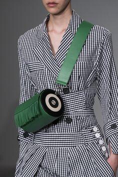 Eudon Choi at London Fashion Week Spring 2018 - Details Runway Photos Big Bags, Cute Bags, Small Bags, Sac Week End, Sacs Design, Purse Styles, Summer Bags, Green Bag, Madame