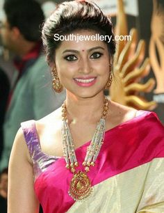 Sneha in Traditional Gold Jewellery at IIFA Utsavam Awards Pearls mala and Chandbalis Gold Jewelry For Sale, Real Gold Jewelry, Gold Jewelry Simple, Gold Jewellery Design, Indian Jewelry, Jewellery Rings, Jewelry Shop, Temple Jewellery, Antique Jewellery