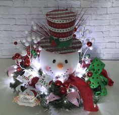 43 Modern Red and White Christmas Centerpiece Ideas - Modern red and white christmas centerpieces ideas 20 - Snowman Christmas Decorations, Christmas Snowman, Christmas Time, Christmas Wreaths, White Christmas, Snowman Wreath, Christmas Projects, Holiday Crafts, Christmas Ideas