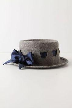 ribbon crossing the hat Hats Short Hair, Fascinators, Headpieces, Steampunk Hairstyles, Tam O' Shanter, Hat Blocks, Western Hats, Hair Decorations, Love Hat