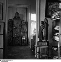 Beschlagnahmt:  Der Depotraum im Schloss Niederschönhausen in Berlin quoll über - innerhalb nur weniger Monate waren an die 20.000 Kunstwerke aus Museum, Sammlungen und Galerien geholt worden. Dabei hatte die Aktion offenbar nicht nur ideologische Gründe: Viele der beschlagnahmten Werke verkauften die Nazis anschließend ins Ausland.