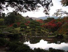 SHAKKEI 借景 / Lit. Pedir prestado + Paisaje. Técnica paisajística que consiste en incorporar el paisaje de montañas y árboles que están fuera del jardín como un elemento del mismo.
