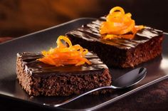 This recipe for chocolate orange brownies is topped with a simple ganache and marmalade orange peels. Chocolate Orange Brownie Recipe from Grandmothers Kitchen. Chocolate Lindt, Dark Chocolate Brownies, Best Chocolate, Homemade Chocolate, American Chocolate, Chocolate Chips, Sugar Free Desserts, Sugar Free Recipes, Sweet Recipes