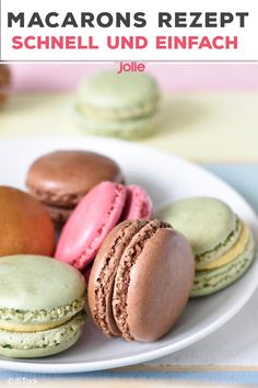 Macaron& recipe: make it yourself quickly and easily-Macarons Rezept: schnell und einfach selber machen Macarons are the pretty, colorful biscuits with a creamy filling that have become an integral part of any dessert buffet. Buffet Dessert, Bon Dessert, Dessert Food, Tartiflette Recipe, Easy Vanilla Cake Recipe, Easy Cookie Recipes, Food Cakes, Breakfast Recipes, Easy Meals
